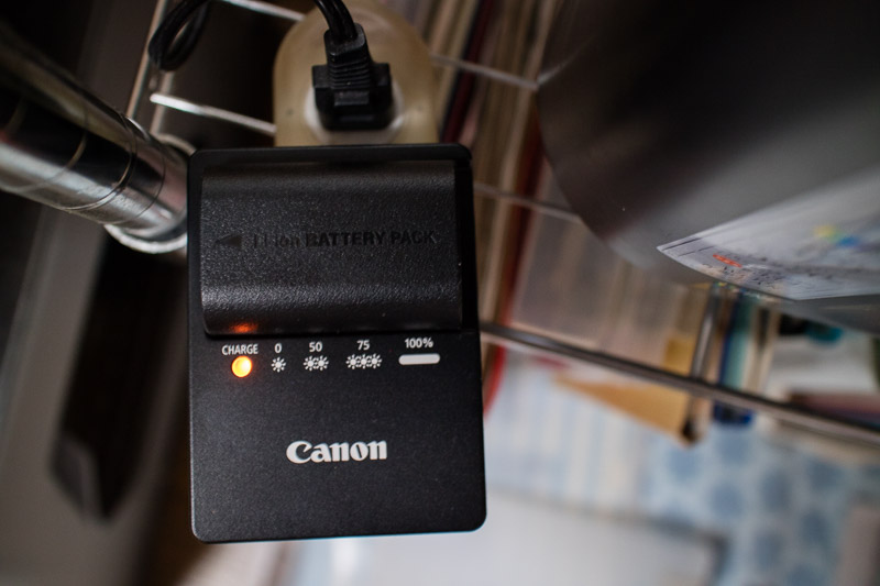 CANON 純正充電器で互換バッテリー充電中