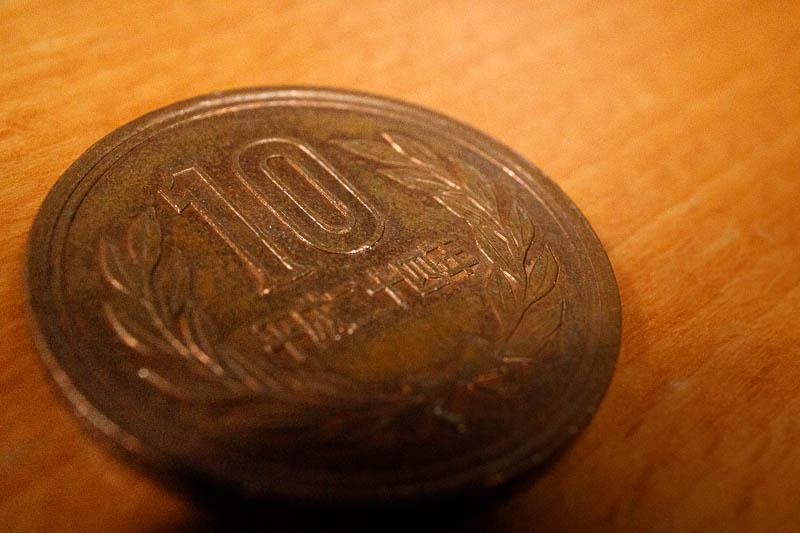 10円玉のディテールを捉えた写真