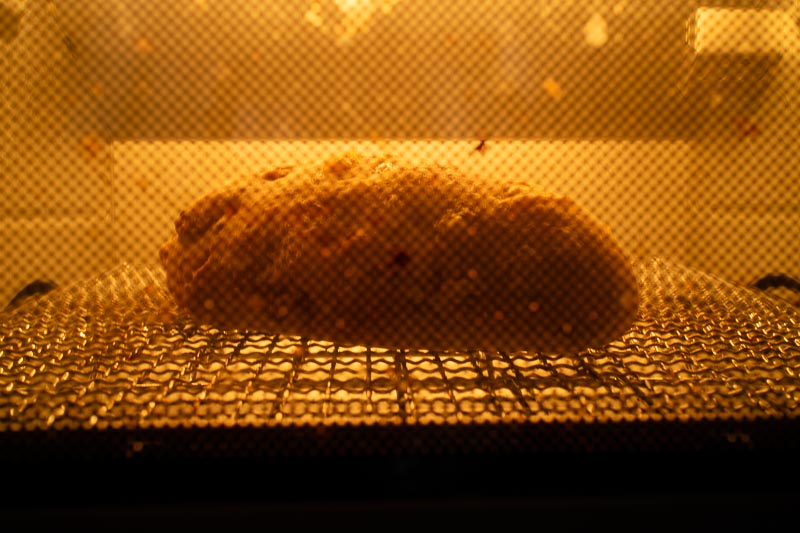 オーブントースターでレモンピールとくるみとクリームチーズのパンを温め中