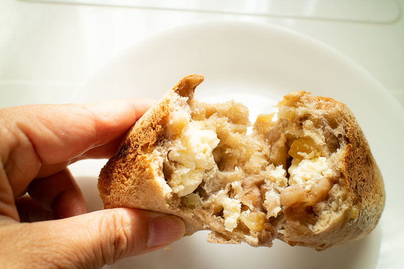 天然酵母パン『ふっくら』レモンとくるみとクリームチーズのパン