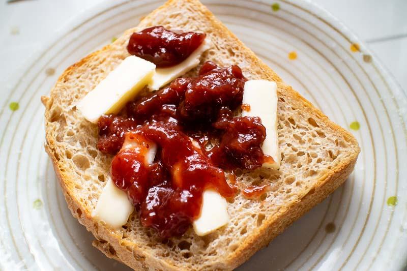 玄米食パントーストにバターといちごジャムを添えて