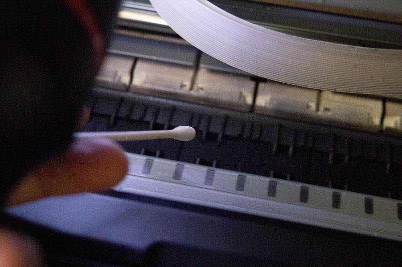 CANON PRO-10プリンタ内部を綿棒で清掃しようとしているところ